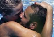 Veridiana Mallmann e Rocco Pietrantonio baci in spiaggia
